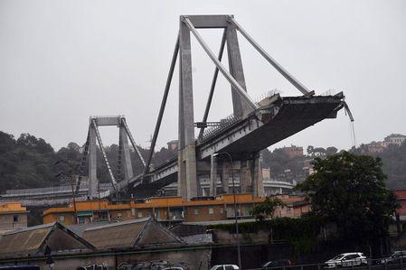 Обрушение моста в Генуе: автомобили падали с высоты 70 метров