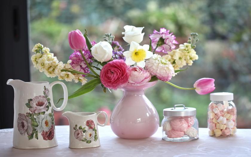 букет, ваза, кувшины, зефир, тюльпаны, гвоздики, нарцисс, ранункулюс