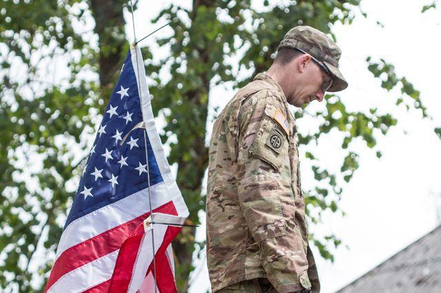 Запах свободы! Американский солдат справил нужду на здание МВД Литвы