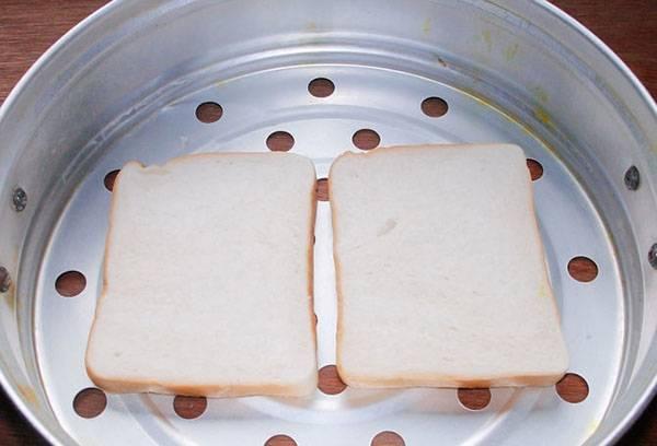 Размягчение ломтиков хлеба на пару