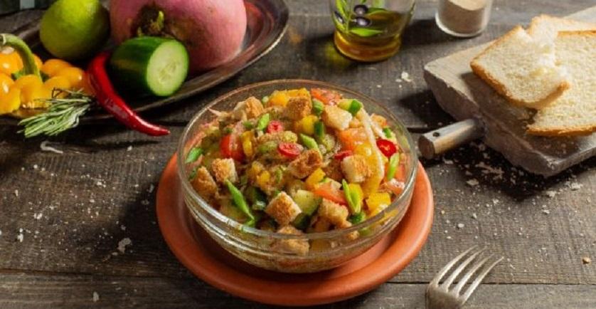 Хлебный салат с редисом и огурцом: дополнит любое мясное или рыбное блюдо