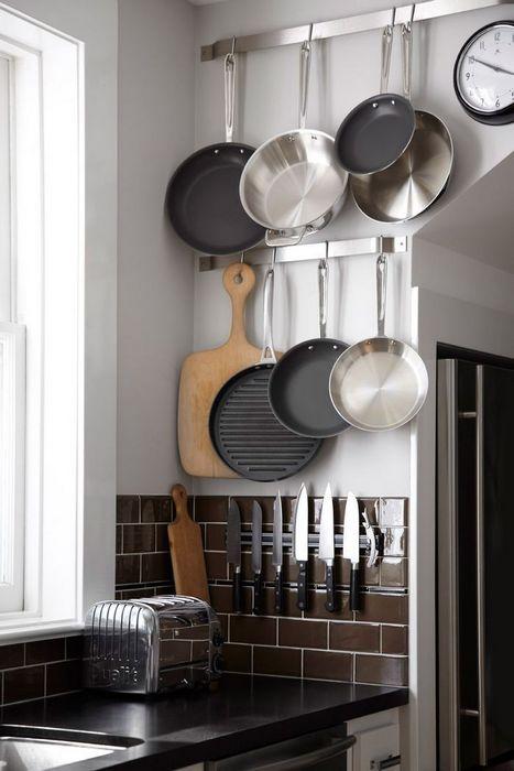 Пример того, как хранить сковородки и сотейники на кухне.