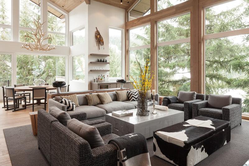 Обширная мягкая зона гостиной в загородном доме