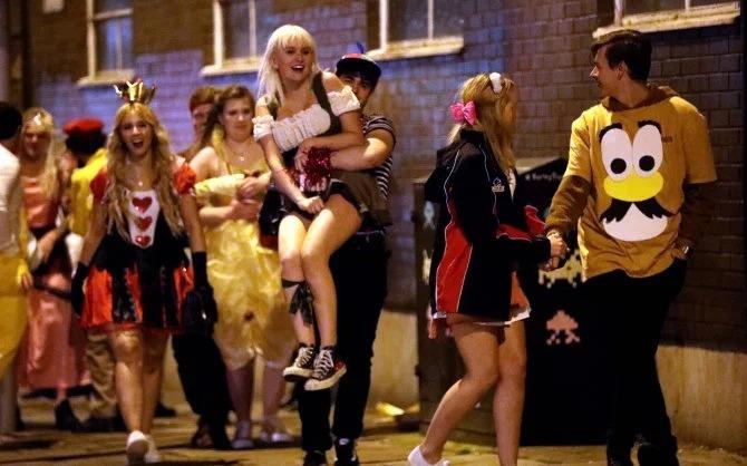 Алкоголь или смерть: британские студенты бурно отпраздновали Хэллоуин на тематических вечеринках