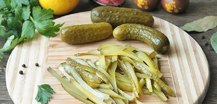 Ни один праздник в нашей семье не обходится без нежных, сочных мясных рулетиков с начинкой из огурца и сыра: рецепт