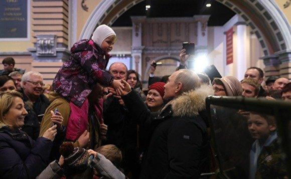 Путин отодвинул охранника, который хотел оградить его от общения с петербуржцами