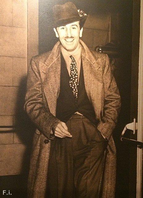 Почему Уолт Дисней на всех своих фотографиях показывает два пальца.