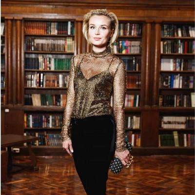 Полина Гагарина пришла в библиотеку на модный показ в прозрачном наряде