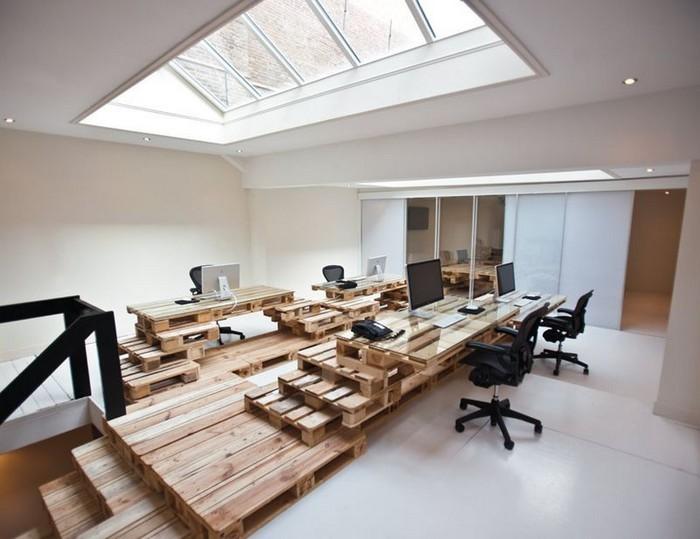 Когда размеры чердака позволяют разместить под крышей целый офис.