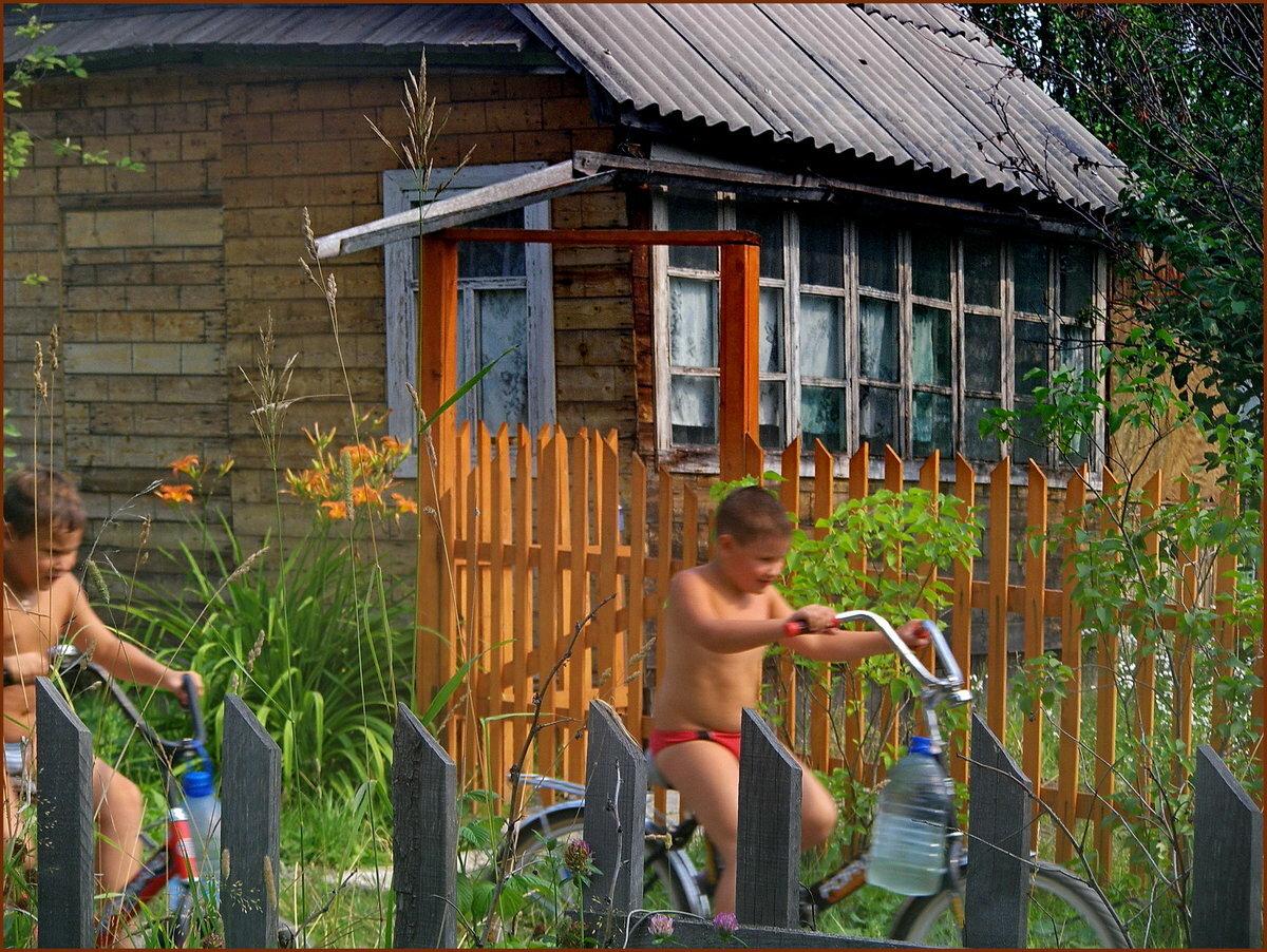 Хоть велосипед, хоть с дедом во дворе-дел на даче может быть много...