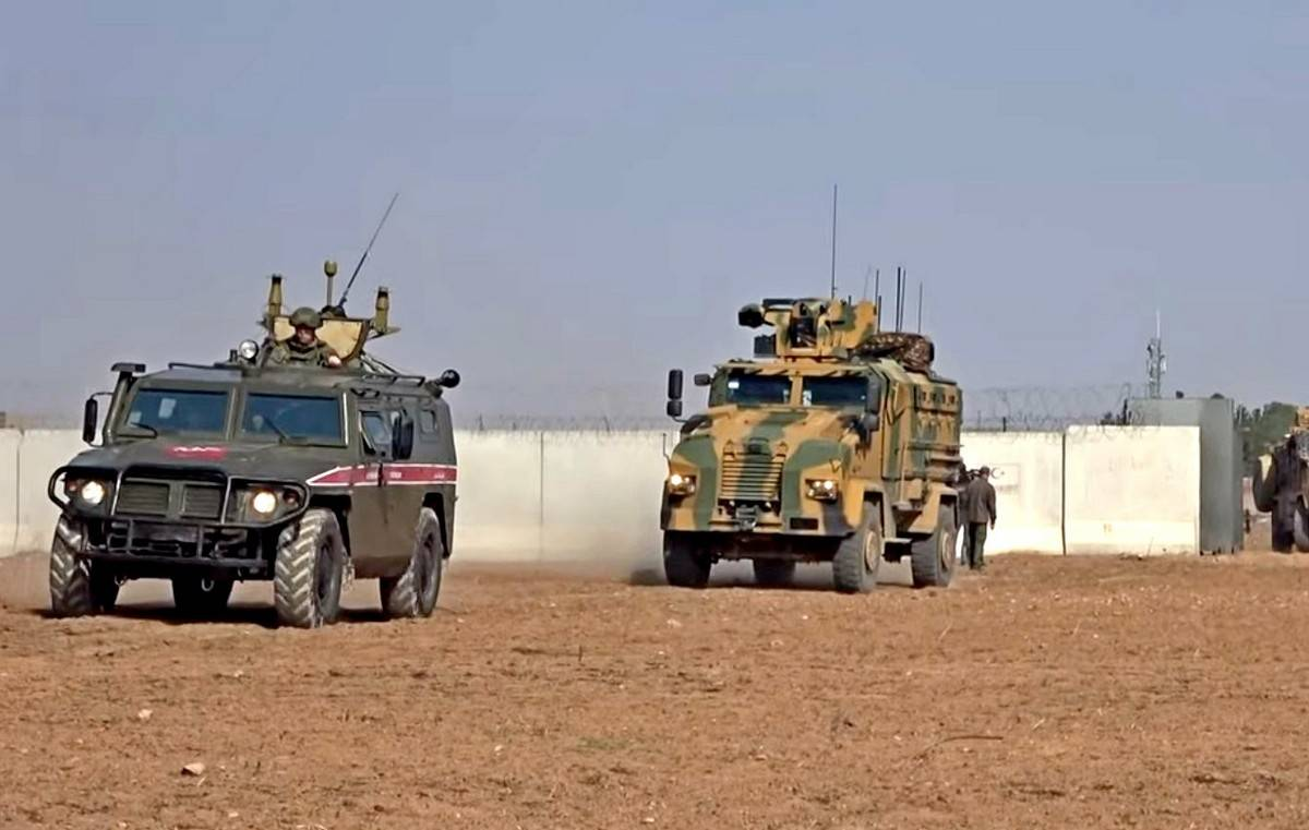Российские и турецкие военные начали патрулирование в северо-восточной Сирии