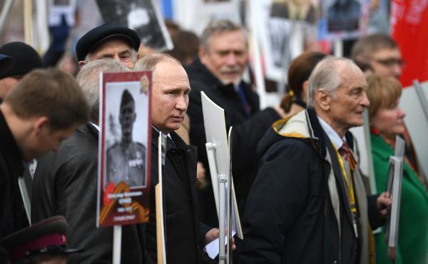 Путин возглавил марш «Бессмертный полк» в Москве