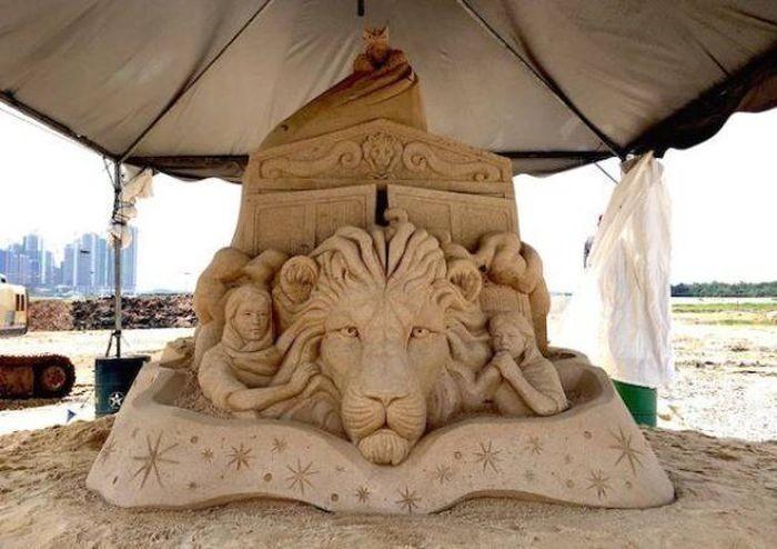Лев, колдунья и платяной шкаф. Автор: Toshihiko Hosaka.