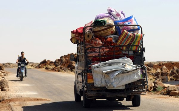 Местные жители уже покидают свои дома, покуда живы, фото: Reuters