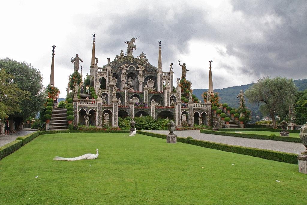 Амфитеатр в парке на острове Изола Белла. Лаго Маджоре. Италия