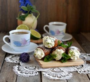 Фото к рецепту: Хрустящие трубочки с рикоттой и ароматом мохито.