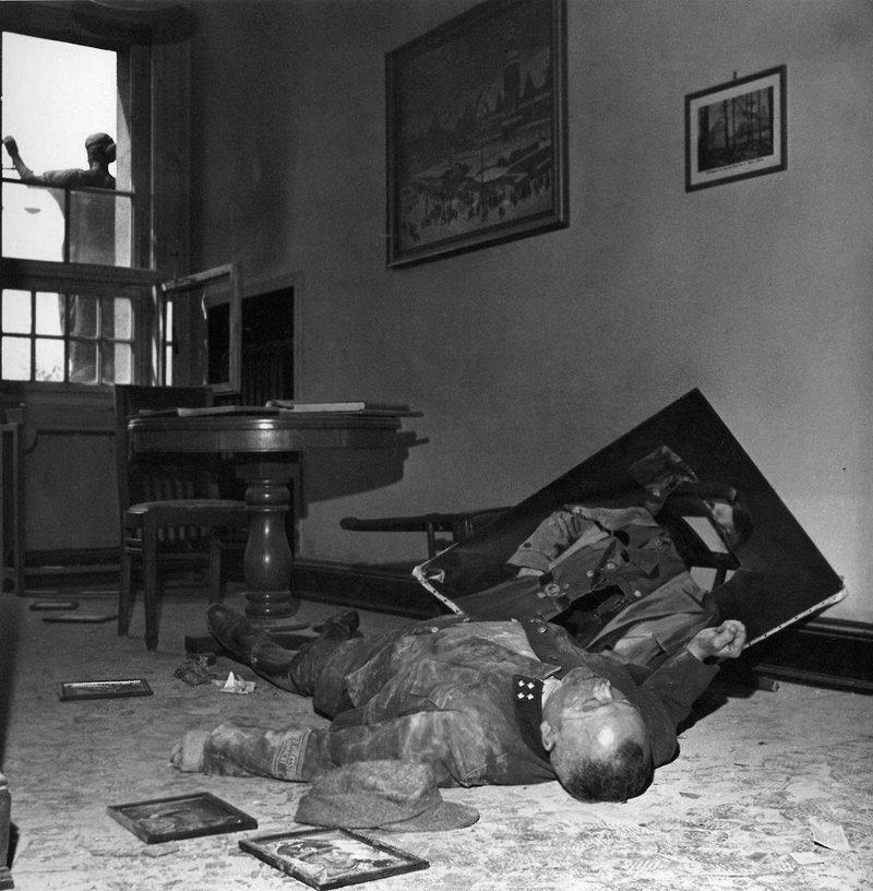 Командир батальона Фольксштурма покончивший с собой в ратуше Лейпцига, Германия.18 апреля 1945 года. история, люди, мир, фото