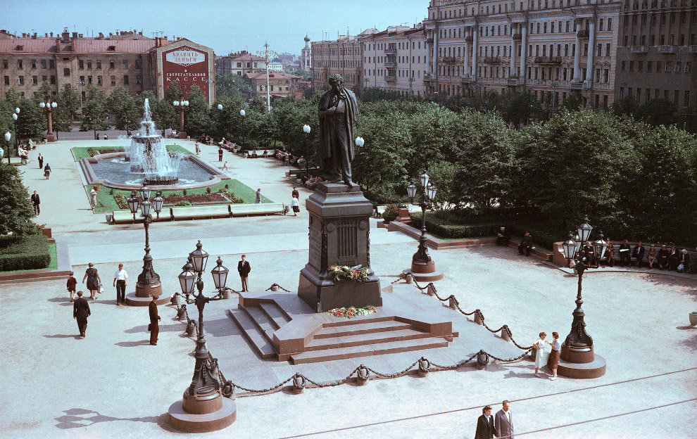 Памятник Пушкину уже на своем месте, но кинотеатра Россия еще нет