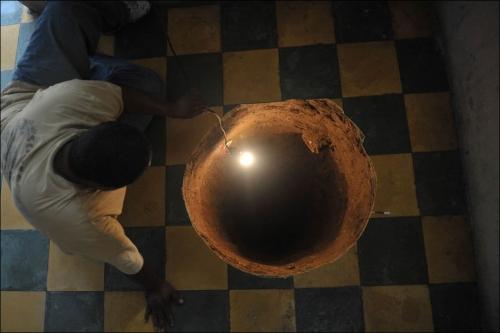 Дыра под кроватью (2 фото)