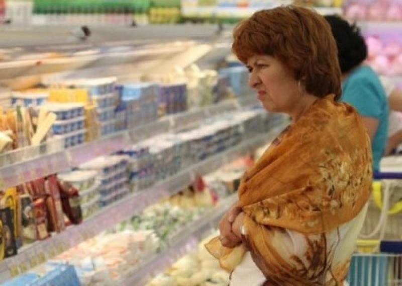 В киевских магазинах продавцы предлагают возмущенным дороговизной покупателям звонить лично Порошенко