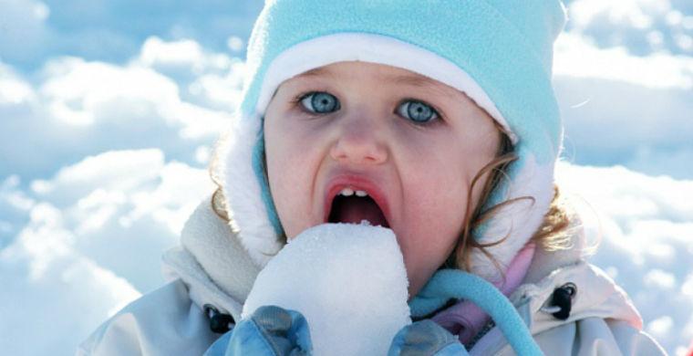 Ученые сказали, какой снег можно есть