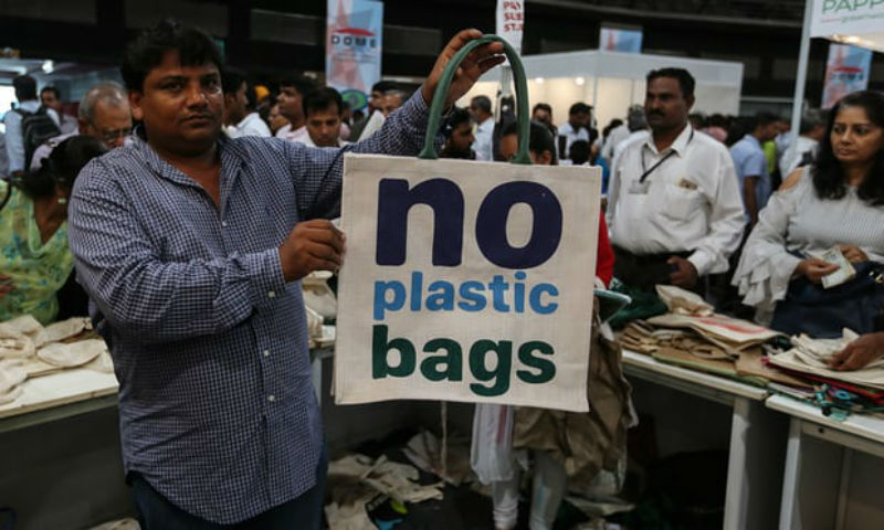 В тюрьму за пакет: в Мумбае запретили вещи из пластика