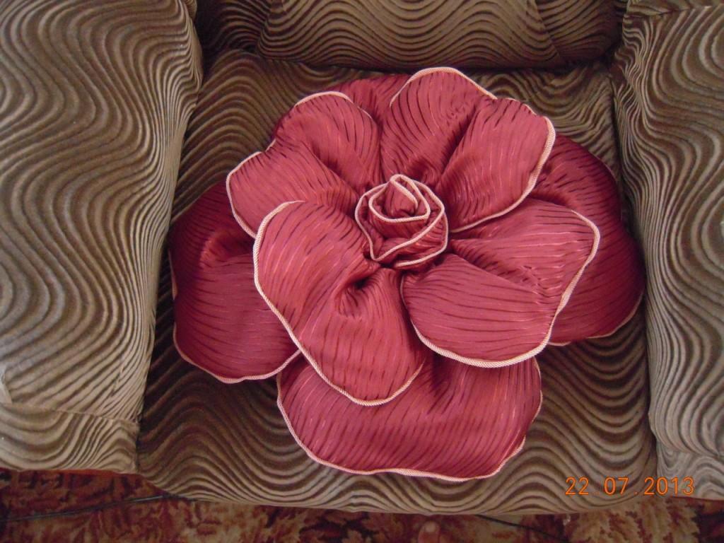 Подушка розочка из ткани