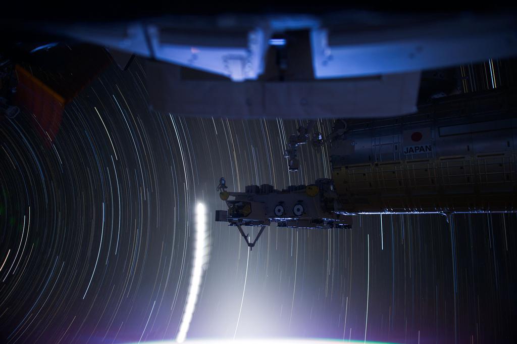 1042 Звездные следы   фото с МКС