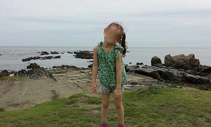 Просматривая снимки фотосессии дочери на скалах, отец заметил сзади чьи-то ноги...