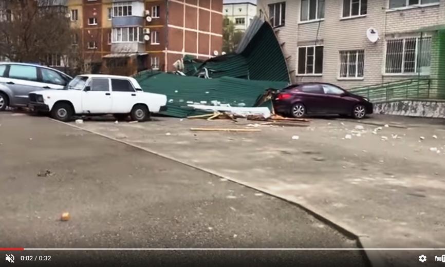 Появилось шокирующее видео: на Ставрополье ураган сорвал крышу жилого дома