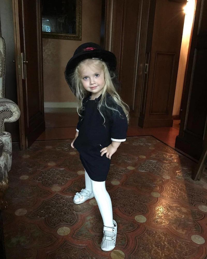 Лиза Галкина в маминой шляпе