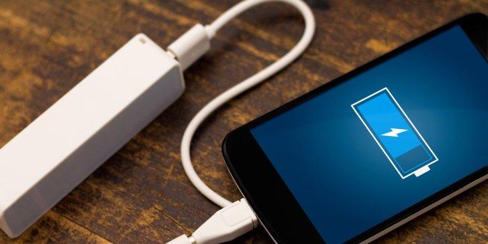 Включенная зарядка выделяет тепло. /Фото: adguard.com
