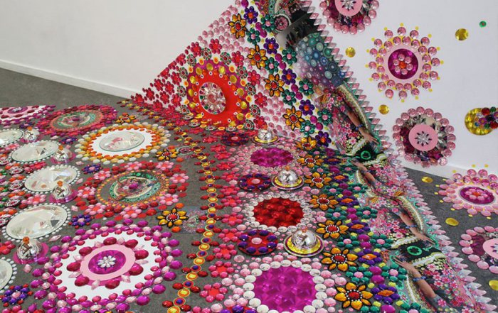 Инсталляции из стразов, кристаллов и зеркал.