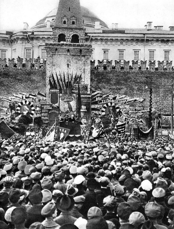 Ещё живой Ленин выступает с трибуны, на месте которой вскоре установят мавзолей, 1 мая 1919 год. история, люди, мир, фото