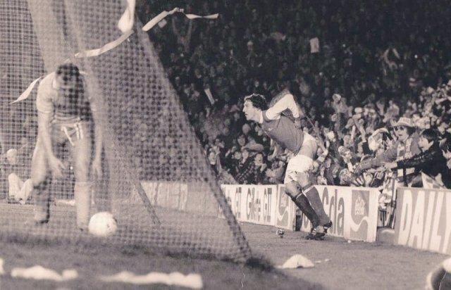 Игрок лондонского арсенала Сэмми Нельсон радуется забитому голу перед гостевыми трибунами, 1979 год. история, люди, мир, фото