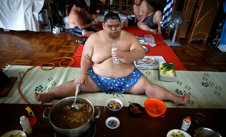 8000 калорий в день и кислородные маски: как живут борцы сумо
