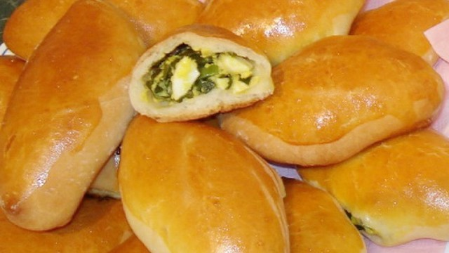 Печеные пирожки с яйцом и зеленым луком в домашних условиях