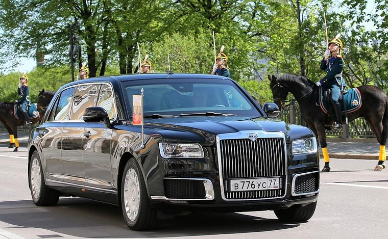 «Нет такого? Плохо работаете»: Путин подшутил над Кадыровым, показывая свой лимузин принцу Абу-Даби.