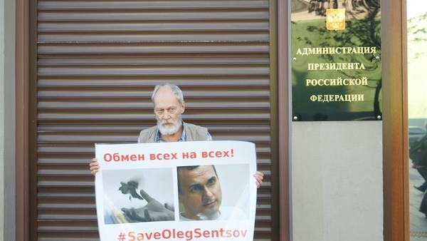 По примеру французов: российские интеллектуалы пикетировали за Сенцова