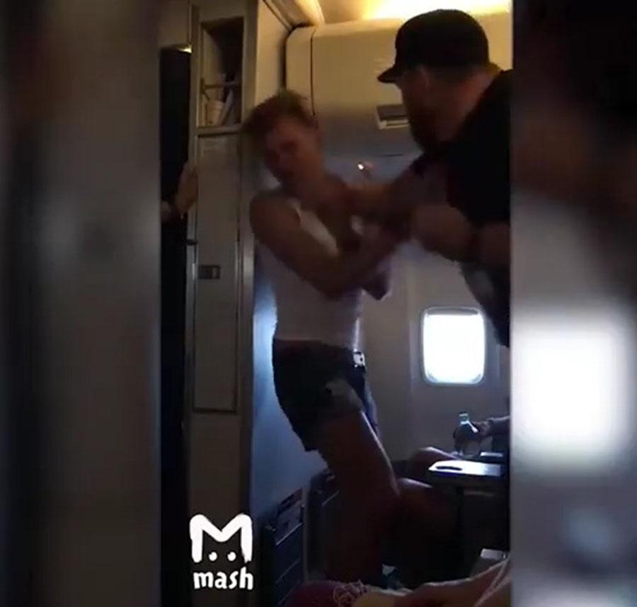 """Педе... гею дали в морду за фразу """"Русские люди — говно"""" (видео)"""