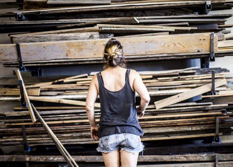 Женщина все лето тащила в дом старые доски, но когда я увидела что у неё получилось — запищала от восторга!