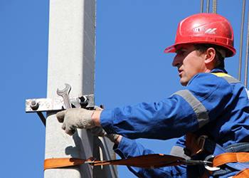 Специалисты-энергетики подкл…