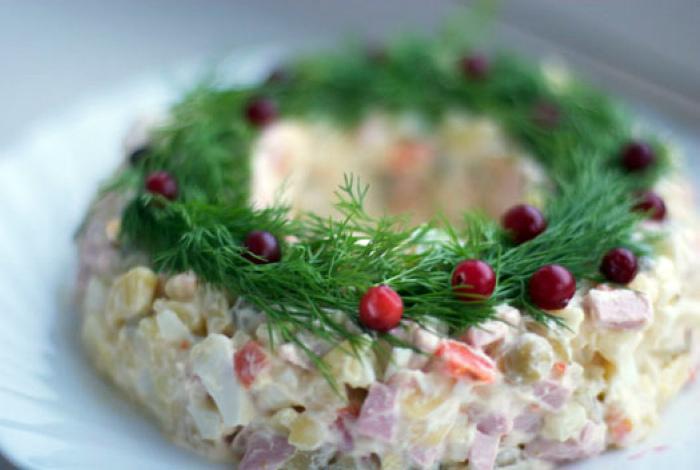 Салат в форме рождественского венка.