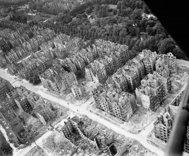 Гамбург после четырех бомбардировочных налетов союзников в июле 1943 года, в результате которых погибло около 50 000 человек. история, люди, мир, фото