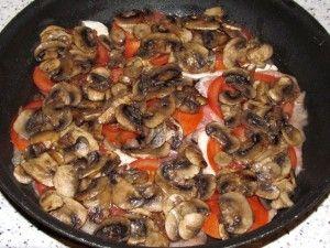 выложить жареные грибы на помидоры
