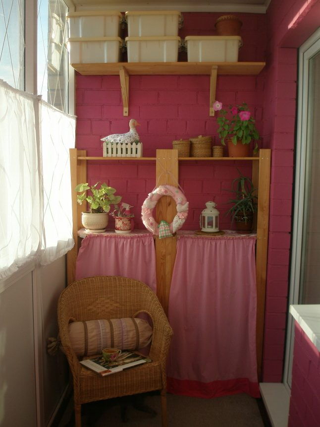 Практичные и стильные шкафчики на балконе.