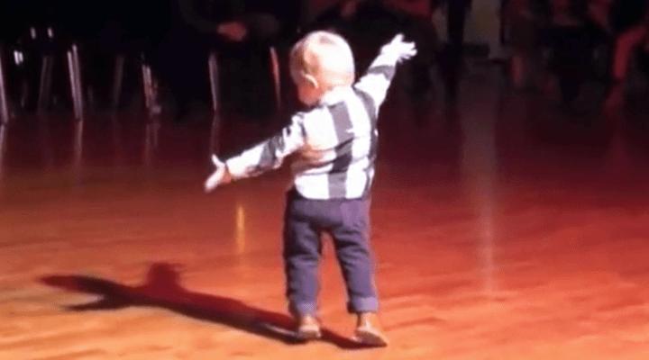 Самозабвенный танец карапуза для поднятия всем настроения!
