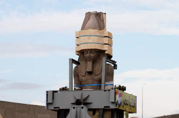 В Каире начали перемещать гигантскую статую Рамзеса II