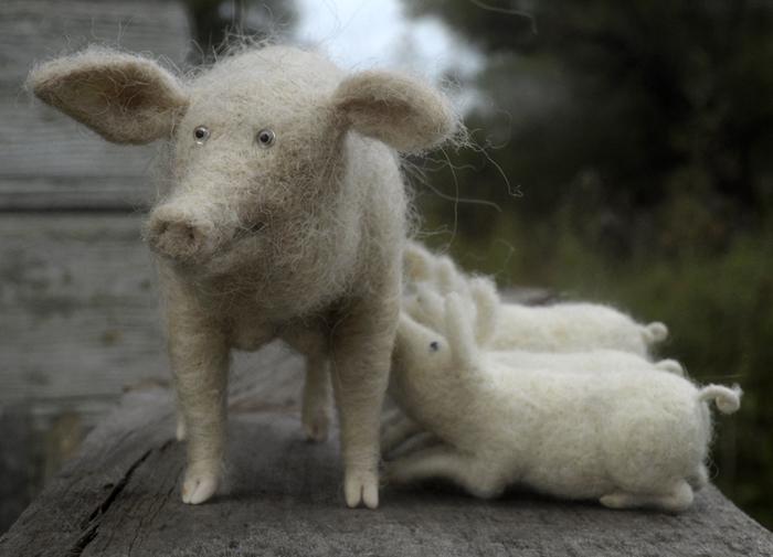 Свинка с поросятами - одна из милых войлочных скульптурок российского мастера.