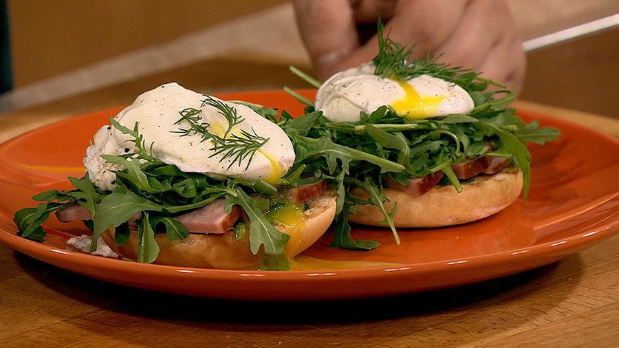 """Булочки с колбасой, рукколой и яйцом пашот """"Неожиданная нежность"""""""